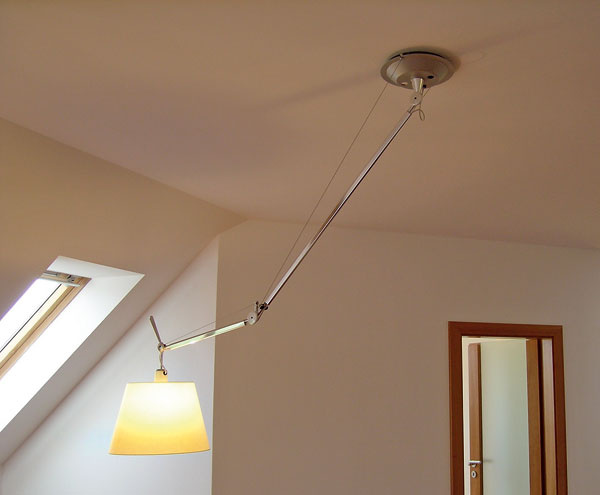 Ak potrebujete osvetliť miesto pod šikminou, oceníte praktickosť lampy snastaviteľným ramenom. Umiestnite ju na rovný strop asvetlo namierite presne tam, kam potrebujete.
