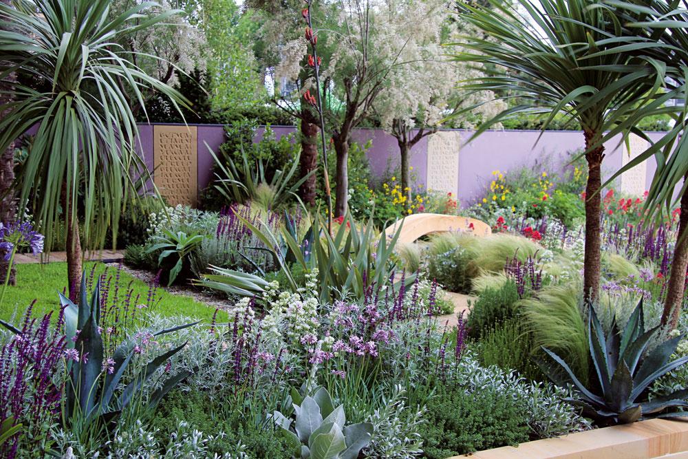 Nechýba ani sýtozelený trávnik. O záhradnú plochu sa podelil so štrkovými záhonmi. Vďaka nim nie je záhrada príliš náročná na údržbu.