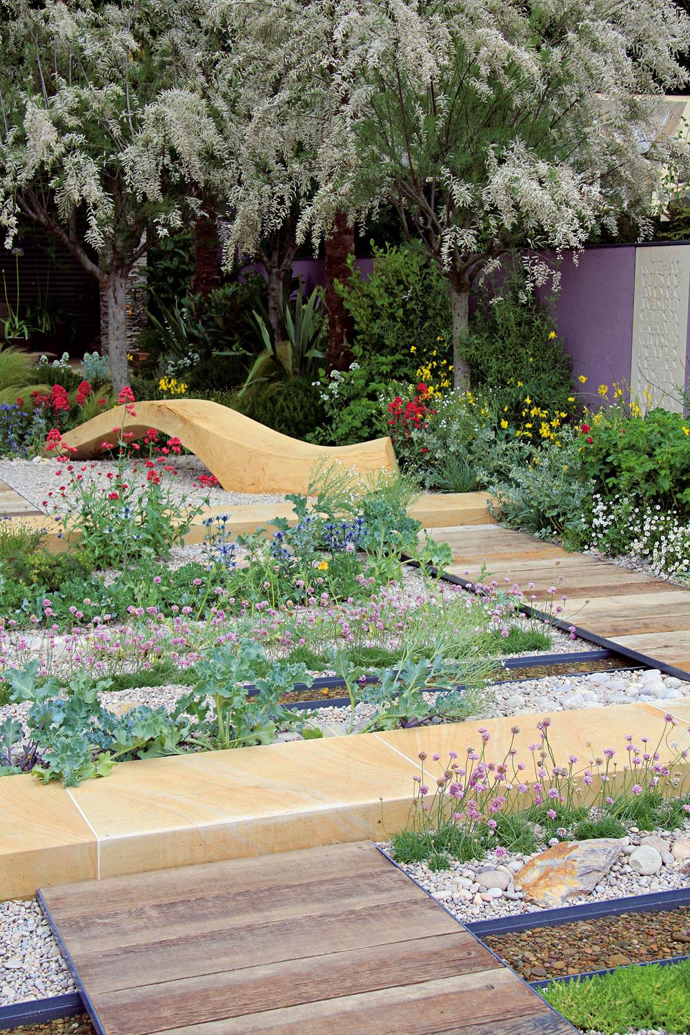Jedným z ústredných záhradných prvkov je odpočívadlo uprostred záhonov. Rovnako ako výsadby, aj jeho miesto je premyslené – na ceste k nemu sa nedá nekochať sa okolím: štrkovými záhonmi, trvalkovými výsadbami a vodnými plochami.