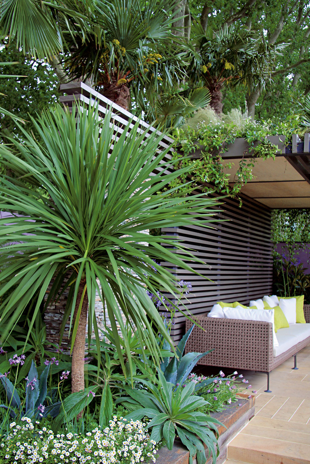 Na najvyšších miestach blízko terasy sú sústredené exotické rastliny – v záhonoch aj vegetačných nádobách. Výsostné postavenie im zároveň zaručuje aj ochranu pred nepriazňou počasia.