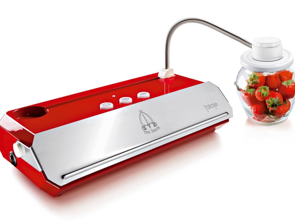 Vákuová balička potravín Takaje je jednoduchý prístroj pre domácnosť, ktorý sa vyrába buď vantikorovom vyhotovení – typ DeLuxe, alebo splastovým krytom vtroch farbách (bielej, oranžovej ačervenej) – typ Family. Vákuovú baličku Takaje Family dostanete na www.vakuovebalenie.sk už za 190,80 €.