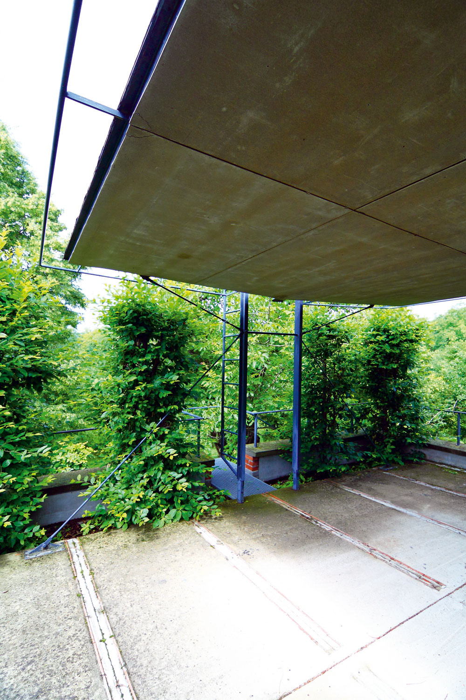 Strecha zatiaľ nemá žiadnu povrchovú úpravu avyzerá to tak, že dokáže dobre fungovať aj bez nej. Medzi novou obvodovou stenou akzemi klesajúcou klenbou pece vznikol priestor, ktorý po zaizolovaní kupolkovou fóliou plní funkciu strešného kvetináča. Rastú vňom hraby, ktoré vytvárajú na terase nad pecou živý plot. Na striešku terasy vedie oceľové schodisko. Dostanete sa tak až nad koruny stromov. Môžete pozorovať neďaleké Čachtice, na jednej strane Karpaty, oproti Inovec avšade navôkol život. Prepadne vás tu radosť zvlastnej existencie.