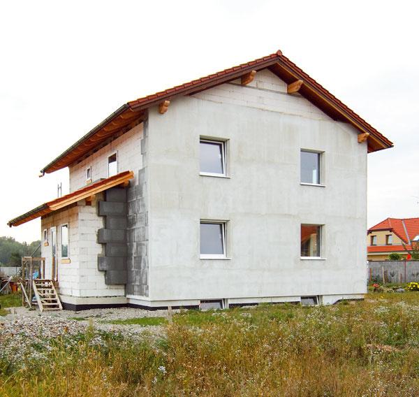 Dom je orientovaný na juh. Na severnej strane sa do domu vstupuje cez hlavný vchod.