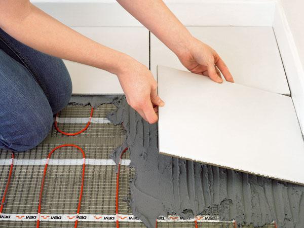 Vnízkoenergetickom alebo pasívnom dome sa oplatí uvažovať aj oelektrickom veľkoplošnom vykurovaní. Jeho výhodou je dobrá regulovateľnosť avďaka tomu aj úspory energie. Systém DEVI™ to umožňuje pomocou bezdrôtového systému DEVILINK™, ktorý sleduje priestorovú aj podlahovú teplotu, atak zabezpečuje tepelnú pohodu. Okrem hlavného termokáblového vykurovania môžete zvoliť aj tenké vykurovanie rohože, ktoré sú vhodné najmä do kúpeľní.