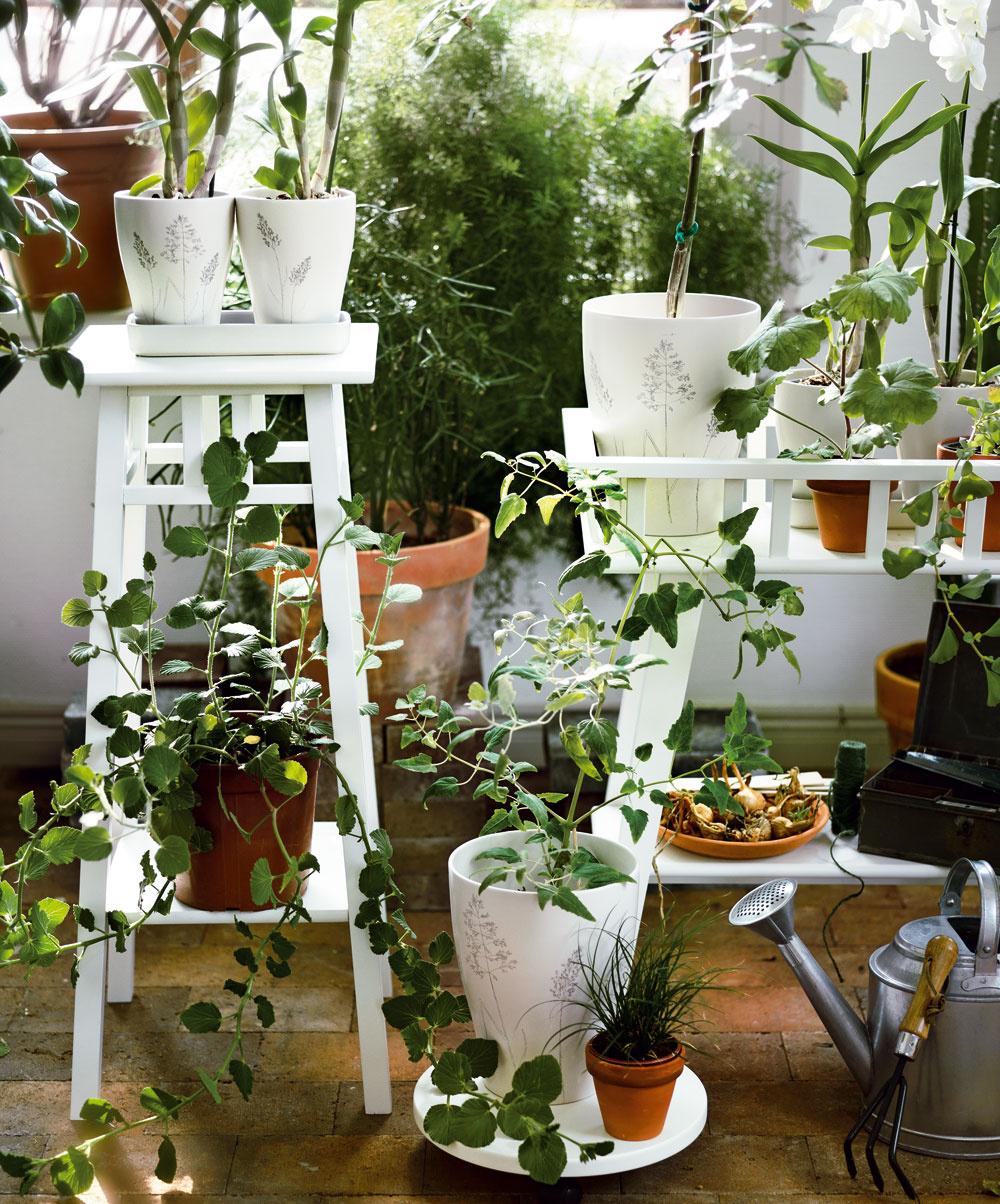 Stojan na kvety Lantliv, cena 24,99€ (vysoký) a39,99 € (široký); stojan na kvety skolieskami – na ľahšie premiestňovanie aako ochrana pred škrabancami, cena 5,99 €, IKEA