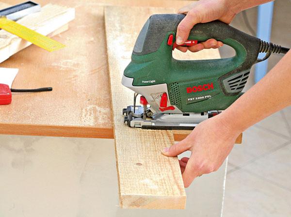 Priamočiarou pílou odpíľte dve steny debničky s rozmermi 27 × 9,5 cm a dve bočné s rozmermi 9,7 cm (šírka) a 21,5 cm (výška), pričom druhú polovicu píľte tak, aby ste vytvarovali oblúk.