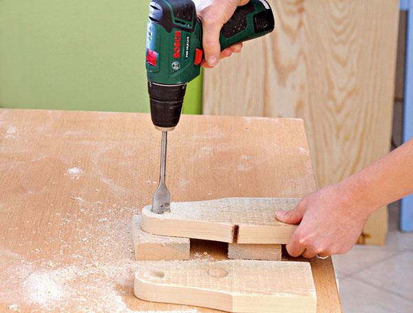 Asi do polovice hrúbky bočných stien vyvŕtajte diery spriemerom 2,5 cm.