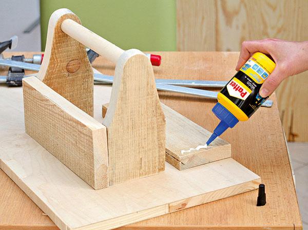 Diely sdierami prepojte tyčou avšetky štyri časti zlepte do tvaru debničky.