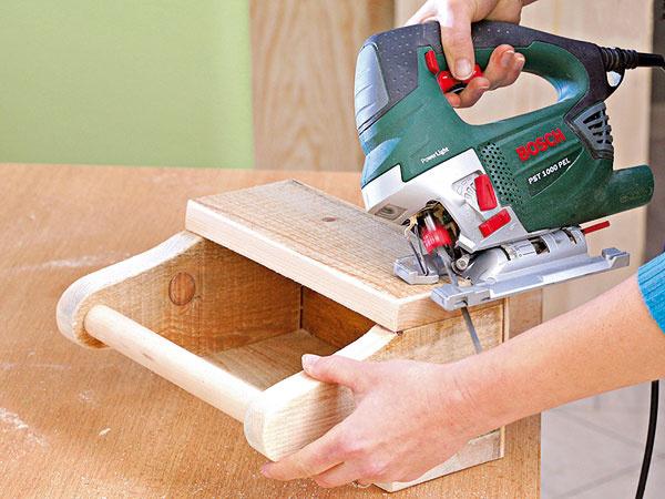 Na priamočiarej píle si nastavte šikmý rez, bočné hrany zrežte aprebrúste brúsnym papierom, aby neboli ostré.