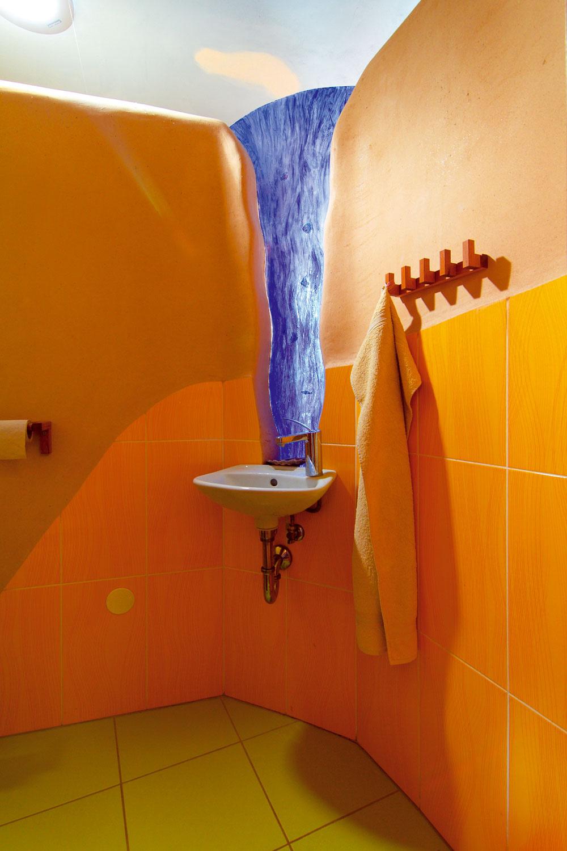 Farebné sklo, ktoré oddeľuje azároveň spája toaletu akúpeľňu na prízemí, si vlastnoručne vytvorila domáca pani.