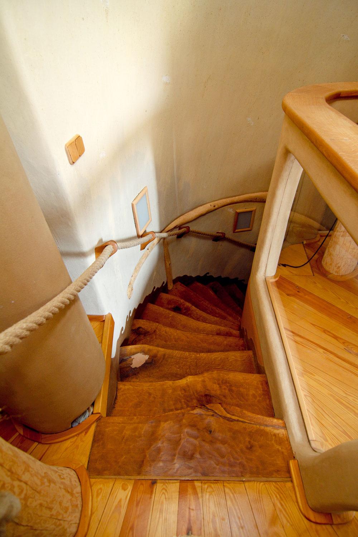 Stupne dreveného schodiska sú vytvorené zrozrezaného kmeňa duba. Manuálne ho opracovali dlátom ajemne prebrúsili. Keď sa po nich prejdete, je to, akoby vás niekto pohladil. Nie nadarmo domáci tvrdia, že nestavali zdreva, ale zo stromov.
