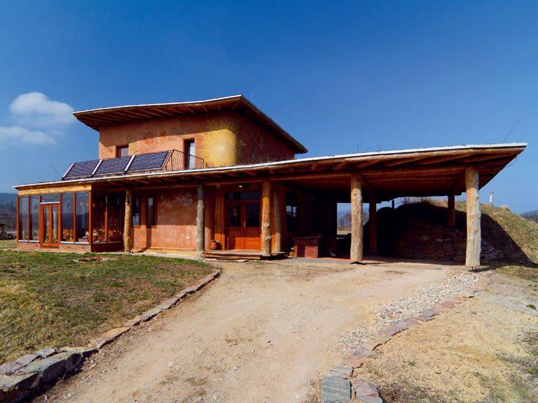 Inšpiratívny ekologický dom z dreva, slamy a hliny na Morave