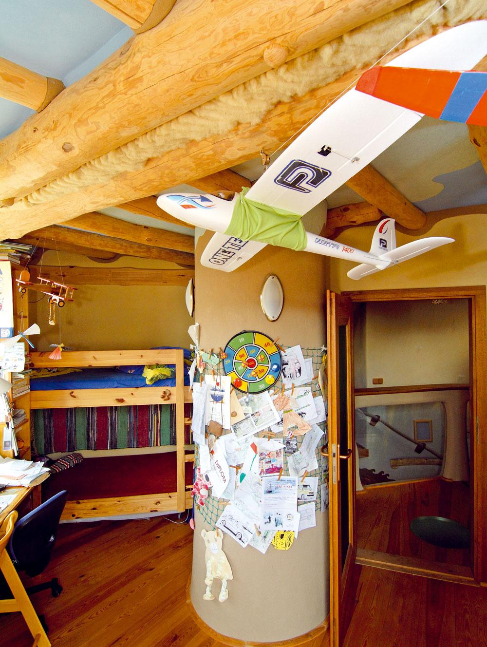 """Starší syn objavil záľubu vmodelárstve. Tak ako dom odráža zmýšľanie rodiny, jeho izba svedčí ojeho koníčkoch. Prírodnú ovčiu vlnu použili domáci vo všetkých horných izbách ako tesniaci materiál. Synovia domácich si zatiaľ veľmi nevšímajú ekologický spôsob života rodiny. """"Skôr je pre nich zaujímavé, že sa náš dom občas objaví vnejakom časopise, ale určite ešte nevnímajú podstatu, prečo je to tak,"""" hovorí súsmevom pán Michal."""