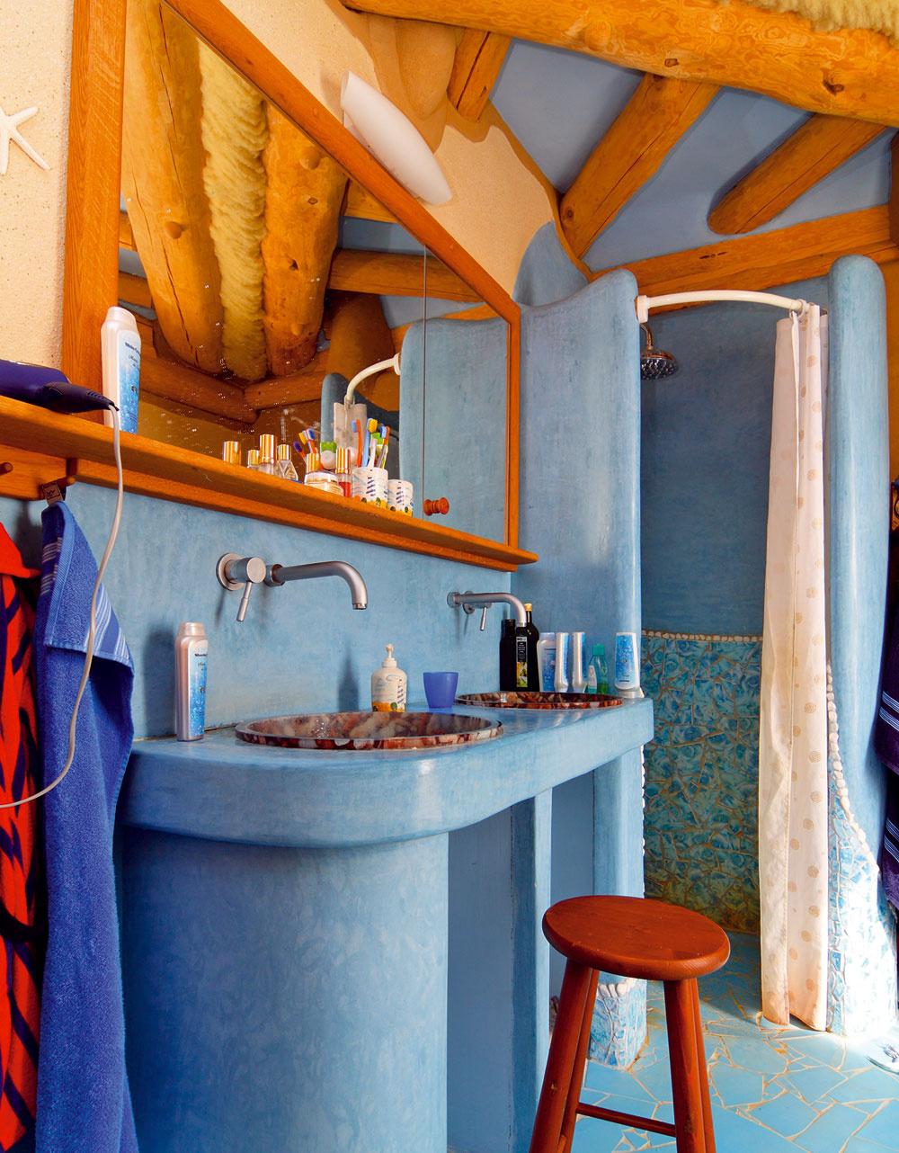 """""""Keď sme zariaďovali kúpeľňu, vybrala som si krásne kachličky. Manžel ich však nechal rozbiť, vraj sa sem nehodili. Teraz pri údržbu vždy musím použiť kefu,"""" posťažovala si súsmevom na manžela domáca pani."""