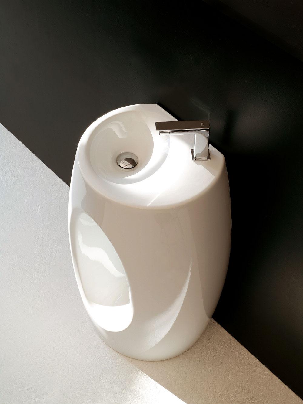 Stojace keramické umývadlo Hall od firmy the.artceram. Rozmery: 60 × 40 × 85 cm. Cena 2 640 €.  Predáva PolySystem.