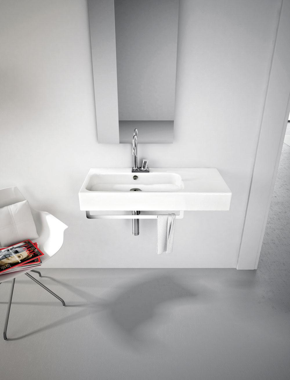 Závesné umývadlo Block 65 od firmy the.artceram. Rozmery: 65 × 41 cm. Cena 300 €, cena držiaka 96 €. Predáva PolySystem.