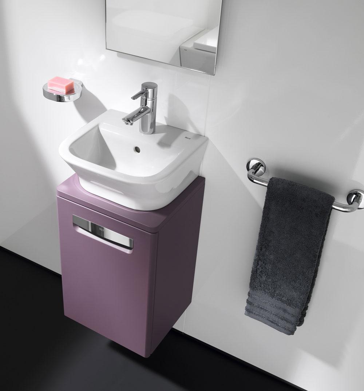 Komplexné riešenie predstavuje séria The Gap Unik od firmy Roca, ktorá vtroch veľkostiach ponúka kombináciu umývadla súložnou skrinkou ako jeden výrobok. Umývadlá na výber so šírkou od 34 do 65cm, skrinky od 35 do 65 cm. Farebné vyhotovenie: biela, jemne béžová, vínová. Na obrázku umývadlo  (40 × 32 cm) askrinka 34cm. Odporúčaná cena 66,73 €.
