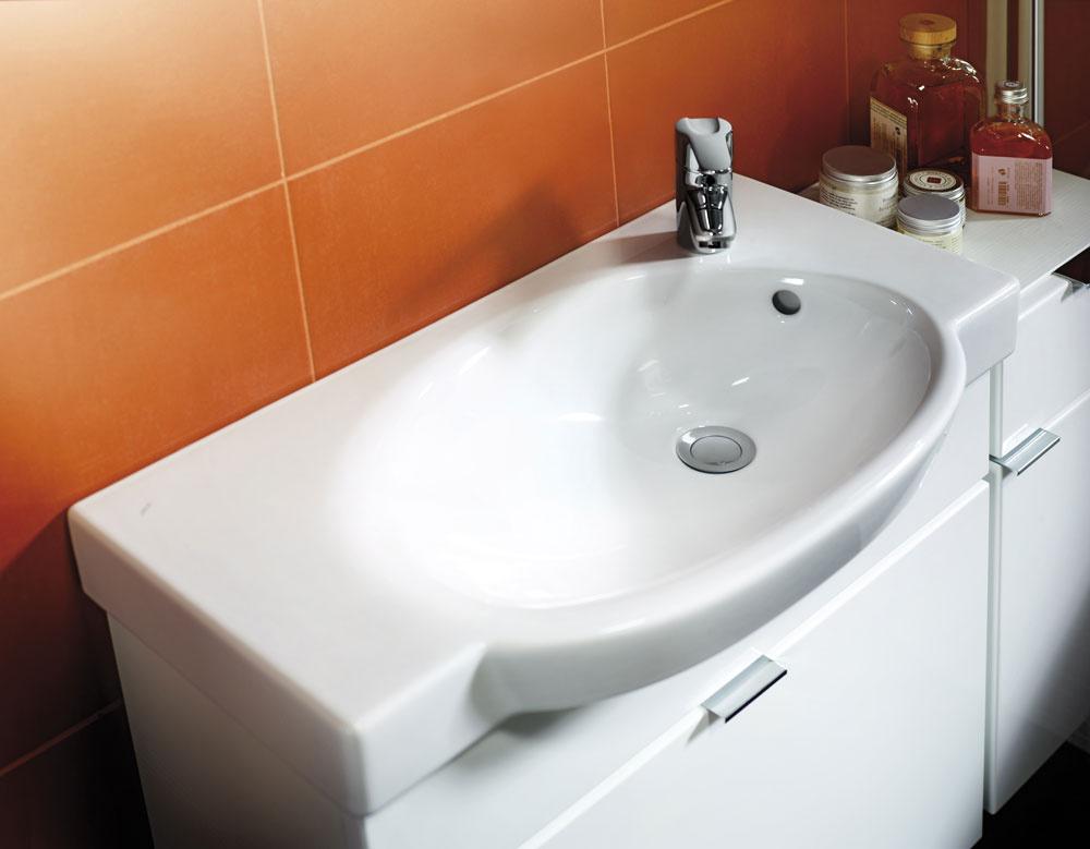 Komplet umývadla so skrinkou so zásuvkou Tigo od firmy Jika, vhodné najmä do malých kúpeľní. Dizajn Michal Janků. Umývadlo (70 × 37 cm) sotvorom na batériu. Odporúčaná cena 111,73 €