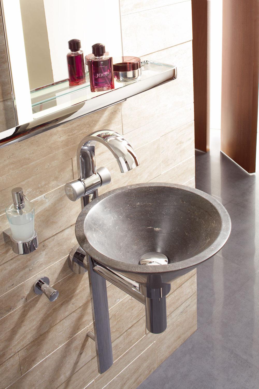 Hosťovská kúpeľňa Joop! sumývadlovou stĺpovou batériou Kludi je priestorovo úsporné riešenie pre malé kúpeľne ahosťovské toalety. Pochrómovaná mosadzná nosná batéria so zabudovaným sifónom je zároveň držiakom umývadla zumelého kameňa varicor. Oválny prúdový perlátor privádza vodu mäkko, vo forme profilu až do umývadla. Cena od 2 760 €. Predáva Kludi.