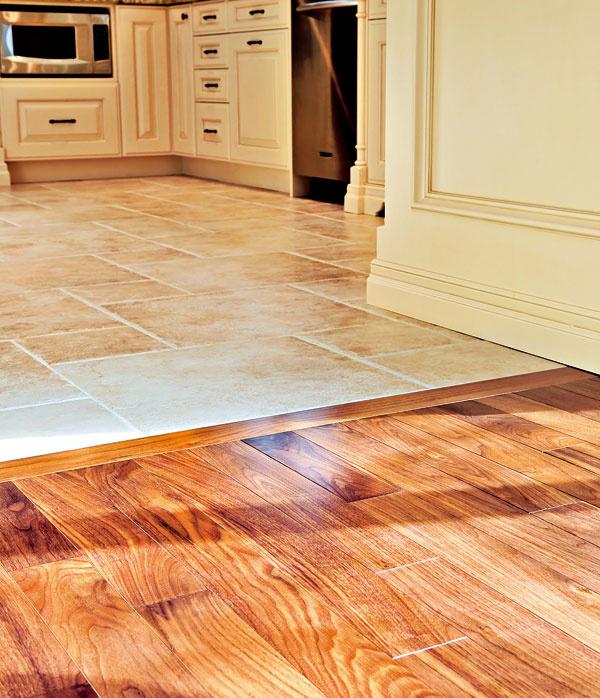 Spoločenské drevo Sdrevenou podlahou sa spájajú prívlastky ako hrejivá, príjemná na dotyk, vynikne v spoločenských priestoroch, napríklad v obývačke. Vporovnaní slaminátovou krytinou sa však ľahšie poškriabe. Ak má byť podlaha vystavená takému riziku, je vhodné voliť skôr tvrdšie dreviny, ako napríklad dub, buk alebo exotické dreva. Na trhu pretrváva dopyt najmä po rustikálnom vzhľade drevených podláh, ktorý vyzdvihuje krásu drevín aich prirodzený vzor. Pri kvalitnej drevenej podlahe môžete počítať scenou od 30 až do 150 €/m2.