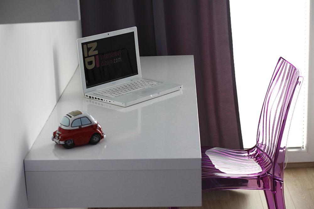 Vspálni má miesto aj pracovný kút. Aby miestnosť nepôsobila zapratane, stôl je biely, rovnako ako stena apolice nad ním, amá len jednu nohu – stabilitu mu zabezpečuje ukotvenie do steny.