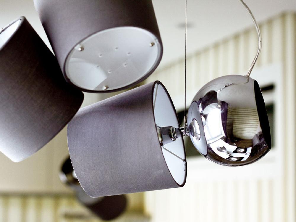 Stačí zopár zaujímavých detailov apriestor získa potrebný šmrnc. Vtomto prípade poslúžili napríklad svietidlá vtvare prevrátenej nočnej lampy.