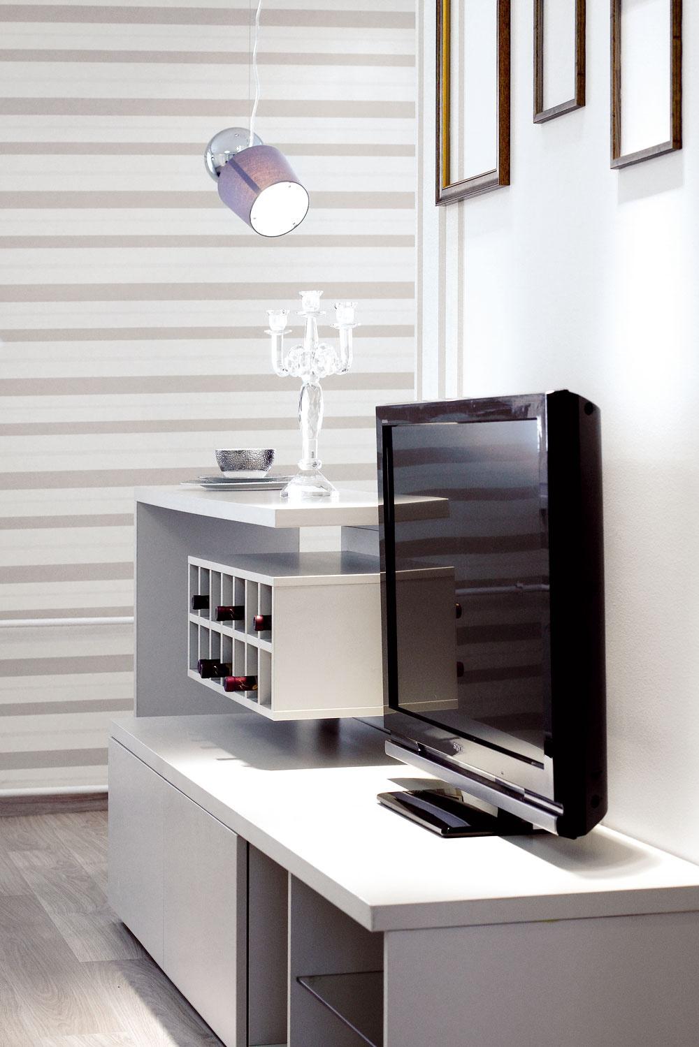 Prázdne rámy obrazov sú dizajnovým doplnkom, kopírujúcim tvar televízora, ktorý zatiaľ nemá definitívne miesto – neskôr majiteľ plánuje kúpiť nový azavesiť ho na stenu.