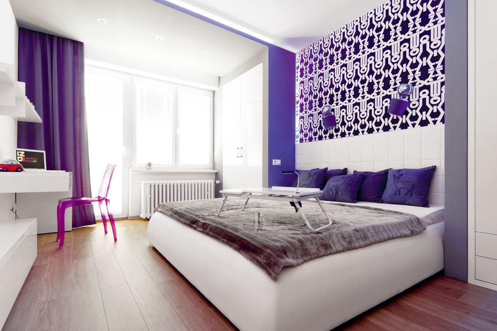 Konštrukcie zo sadrokartónu sú dominantným prvkom pánskej spálne. Architektka do nich nenásilne zakomponovala aj skrine na šatstvo abodové svietidlá. LED diódové osvetlenie na hrane sadrokartónovej konštrukcie dodáva izbe útulnú atmosféru, lampy na stene sú zase zjednocujúcim prvkom sobývacou zónou.