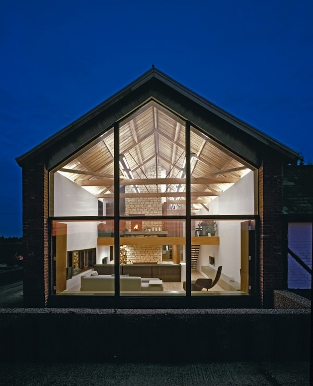 Z jednoduchej stodoly - honosný rustikálny dom. Prelínajú sa tu staré prvky s moderným prístupom k detailom.