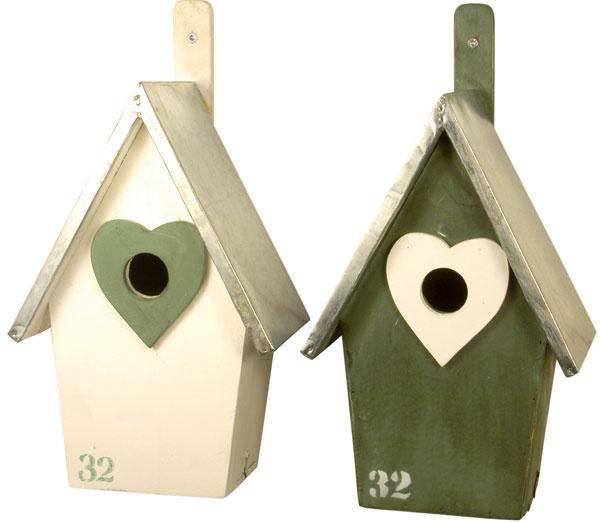 Drevená vtáčia búdka No. 32 splechovou strieškou ozdobí vašu záhradu či terasu apoteší nejedného vtáčka. Vybrať si môžete zdvoch farieb. Rozmery: 17 × 15 × 29 cm. Cena: 24,68 €. Predáva: www.bellarose.sk.