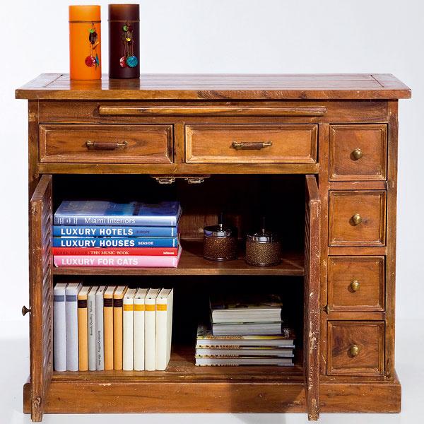 Komoda Dresser Country House Multi Purpose nie je hocijaká komoda. Vprípade potreby skryje všetko, čo potrebujete, anavyše sa znej môže vykľuť aj praktický drevený stolík. Rozmery: 0,85 × 1 × 0,5 m. Cena: 999,90 €. Predáva: Kare, LightPark.