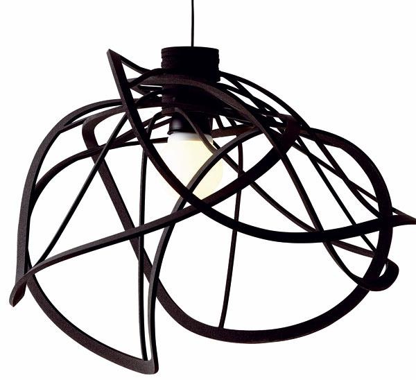 Plastové svietidlo BLOOM je spojením modernosti, elegancie adizajnérskej sviežosti. Rozmery: 80 cm (priemer). Cena: 343 €. Predáva: Ligne Roset.