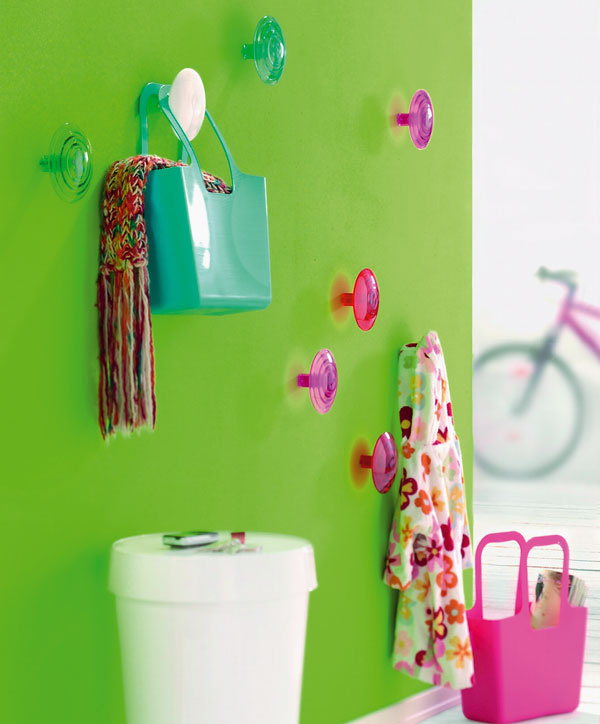 Plastová taška Koziol vrôznych farbách aveľkostiach je vhodná na nákup aj dekoráciu vdome či vzáhrade. Cena: od 8,25 €. Úchytky na stenu Dot vrôznych farbách aj veľkostiach atvaroch. Cena: od 6 €. Predáva: Galan.