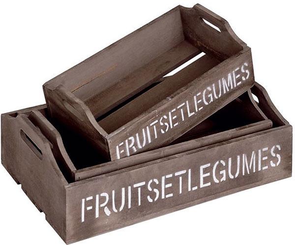 Súprava troch drevených prepraviek snápisom Fruitseltgums. Štýlová vidiecka dekorácia je priam stvorená na aranžovanie doplnkov arovnako je praktickým pomocníkom pri práci vzáhrade. Predáva sa vniekoľkých veľkostiach: malá (30 × 18 × 8 cm) za 12,90 €, stredná (35 × 21 × 8,5 cm) za 18,90 €, veľká (40 × 24 × 9 cm) za 24,90€ asúprava všetkých troch za cenu 53,90 €. Predáva: www.whitehome.sk