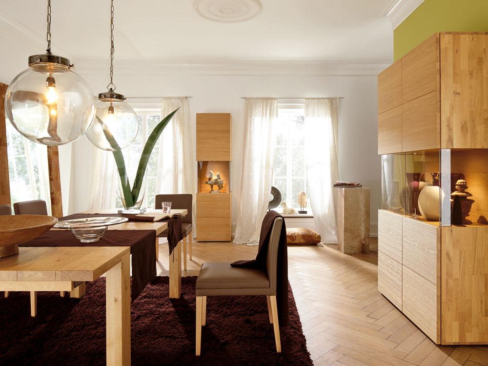 Vjednom (drevenom) duchu. Kolekcia HULSTA, ELEA. Vysoká 2-dverová vitrína sreliéfovým povrchom zbukového alebo dubového masívu, 206,3 × 110 × 45,8 cm, od 3478 €. Vysoká 1-dverová vitrína sreliéfovým povrchom zbukového alebo dubového masívu, 206,3 × 55 × 45,8 cm, od 2105 €. Rozkladací jedálenský stôl, pri ktorom máte na výber zrôznych typov dreva arozličných veľkostí, od 1527 €. Stolička smasívnymi nohami aslátkovým alebo koženým poťahom, od 926 €. Predáva: Design House.