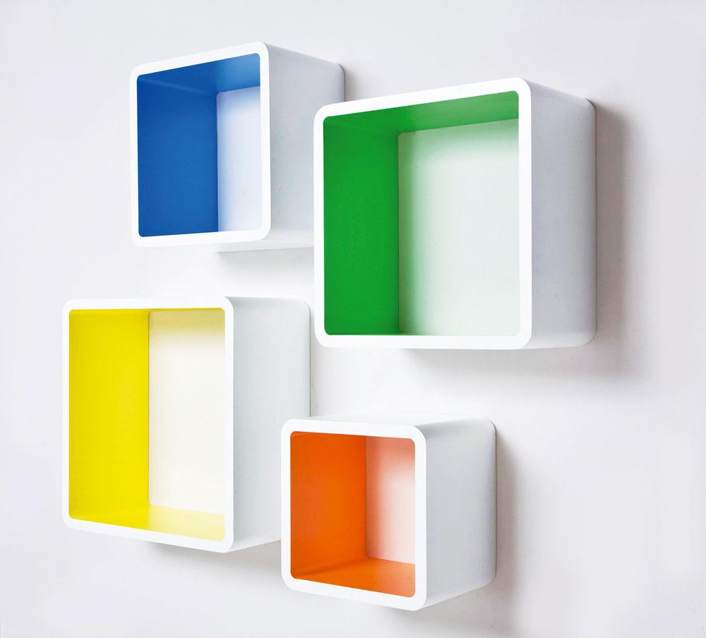 Nástenné police vtvare kociek Lounge Cube MDF Square Colore (4/Set). Kocky ponúkajú dekoratívny úložný priestor. Rozmery: 0,41 × 0,41 × 0,2 m. Cena: 126,90 €. Predáva: Kare, LightPark