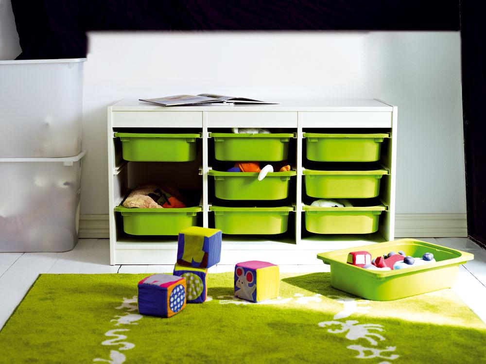 Kombinatorika vdetskej izbe. Rôzne úložné kombinácie, ktoré sú nenahraditeľné vkaždej detskej izbe. Vďaka dostatočnému množstvu koľajničiek, ktoré sú priložené vbalení, si môžete pospájať toľko boxov/políc, koľko potrebujete. Úložná kombinácia TROFAST. Rozmery: 184 × 30 × 94 cm. Cena: 167,80 €. Predáva: IKEA.