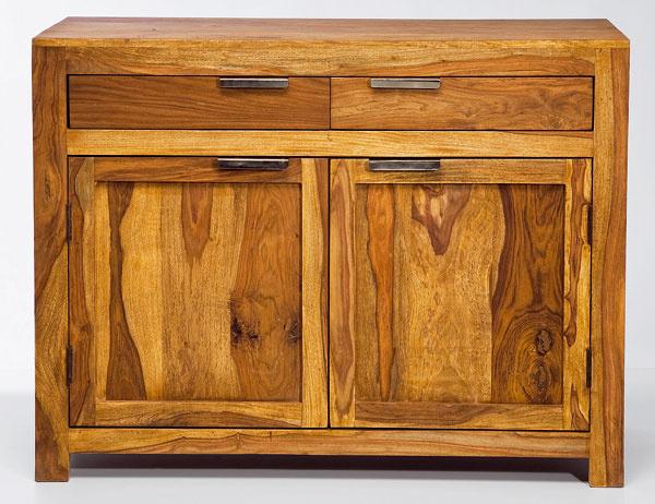 V komode Authentico Dresser 2 Doors 2 Drw dizajnéri využili silu masívneho dreva aspojili ho sformálnym štýlom. Rozmery: 0,9 × 1,15 × 0,45 m. Cena: 799,90 €. Predáva: Kare, LightPark