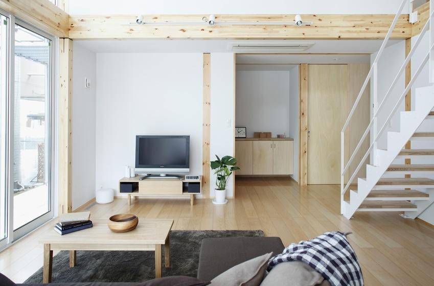 Paleta farieb sa pohybuje v svetlých odtieňoch. Steny sú žiarivo biele, nábytok v krémovej farbe s doplnkami v tmavšej hnedej, ktorá podčiarkuje spletitosť odtieňov dreva. Otvorené schodisko cez deň osvetľuje slnečné svetlo a v noci umelé osvetlenie, čím sa priestor zdá väčší a prechod z jednej miestnosti do druhej je tak plynulejší.