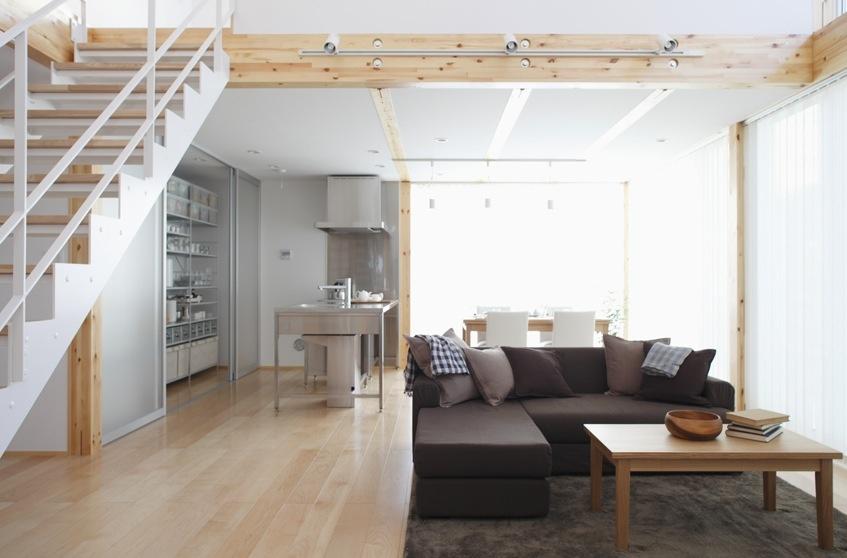 V hale je umiestnená sedačka v tvare písmena L, ktorá ohradzuje zvyšok otvoreného priestoru a vytvára útulne miestečko na lenošenie