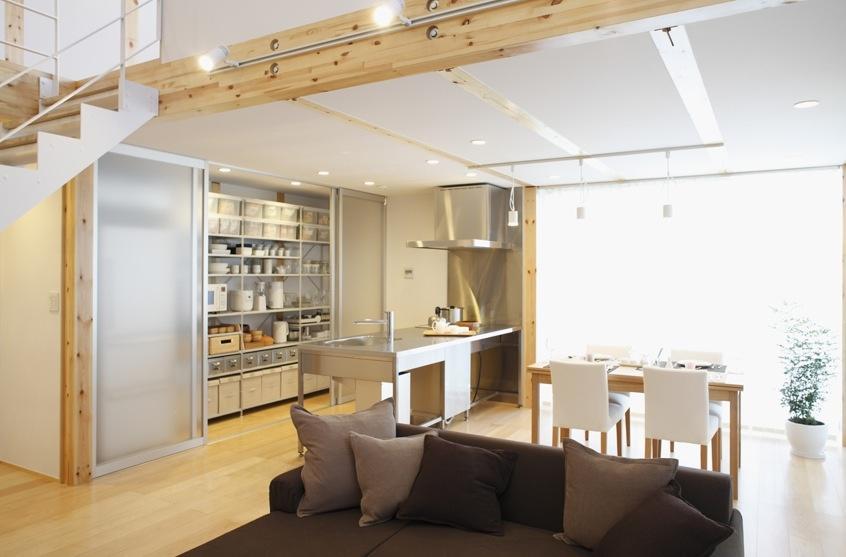 Kuchyňa je tiež súčasťou otvoreného priestoru, ale je v nej zakomponovaný aj praktický skladovací priestor na potraviny a kuchynské náradie s matnými zásuvnými dverami, ktoré môžete nechať otvorené, ak patríte medzi tých poriadkumilovných..