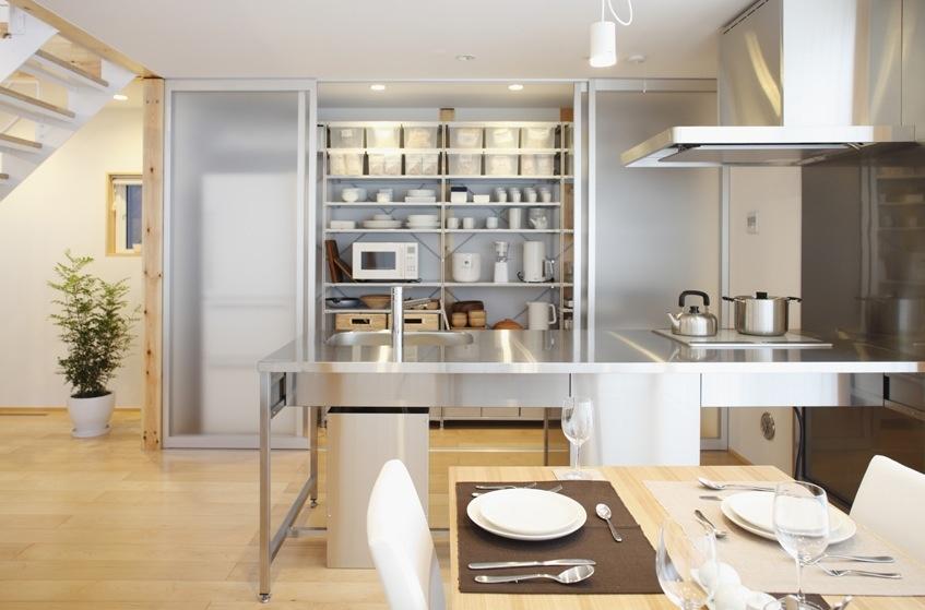 Oceľová kuchynská linka sa nachádza hneď oproti jedálenskému stolu. Je to výhodné pri rôznych rodinných stretnutiach alebo iných oslavách.