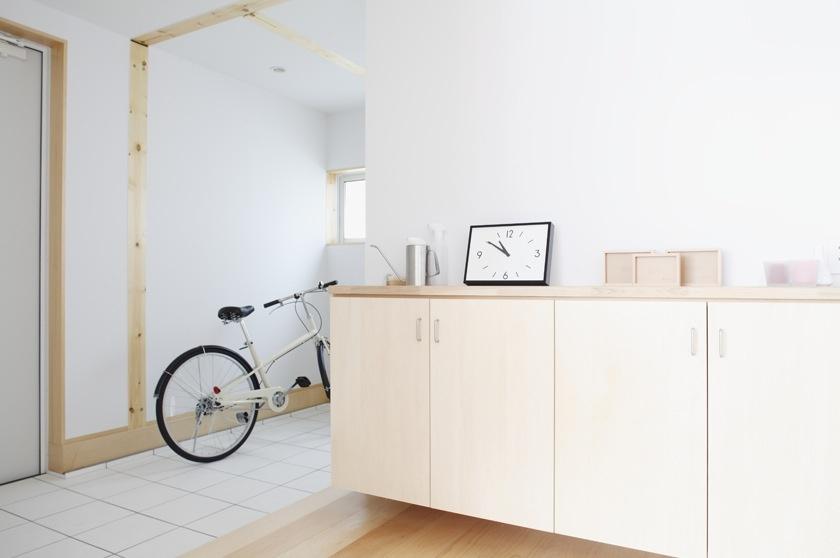 Široká drevená podlaha je nielen krásnou a jednoduchou ozdobou interiéru ale aj príjemným materiálom na chodenie. Len pri vchode sú z praktických dôvodov dlaždice.