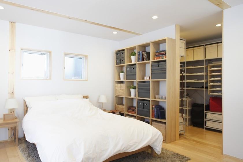 Otvorenosť priestoru nás neopúšťa ani v spálni. Tu dokonca nájdeme aj zabudovaný priestranný šatník.