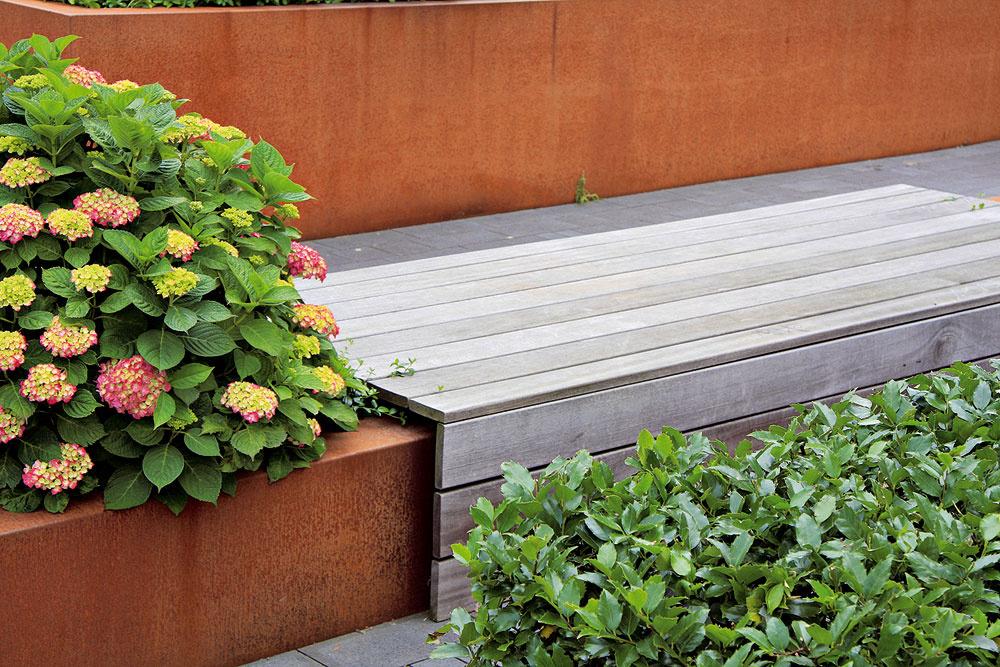 Hrdza Mnohým majiteľom záhrad na Slovensku nie je hrdza možno po vôli, no vzáhradnej tvorbe ide osilnejúci trend. Vmoderných záhradách sa dajú hrdzavé diely veľmi zaujímavo využiť – efektný výsledok docielite, ak im prispôsobíte aj farebnosť rastlín, napríklad vblízkosti hrdzavej deliacej steny vynikne zeleň brečtanu alebo energické žlté kvety rudbekií.