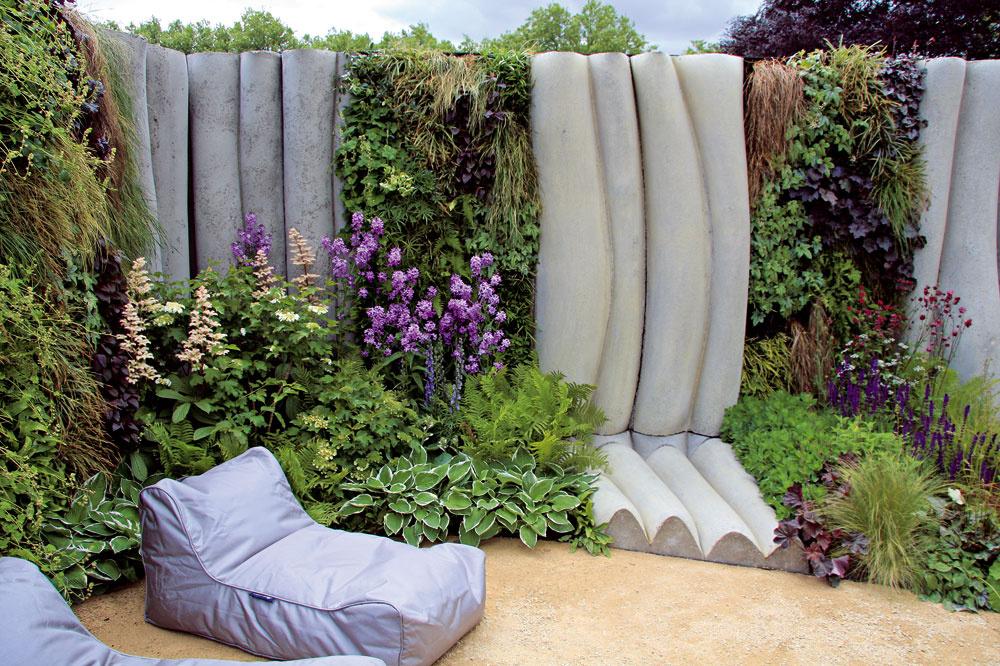 Betón Opäť sa vracia do záhrad. Samozrejme, vrôznorodej podobe, teda nielen ako dlažba či deliaci múr. Vynikne najmä vmodernej záhrade. Takisto možno zaujímavo využiť jeho farebnosť, ak ho zladíte so zeleňou, prípadne sexteriérovým nábytkom. Ako možno vidieť na obrázku, nepôsobí dobre, ak je záhrada preplnená liatym betónom.