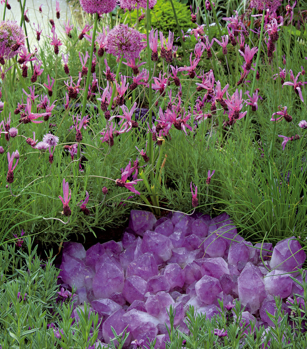 Sklo Sklo sa vnašich záhradách využíva veľmi málo, čo je škoda, pretože možno zneho vytvoriť deliace steny, použiť ho na dláždenie arôzne premostenia, prípadne ho využiť ako dekoračný prvok. Vynikne vmoderných mestských záhradách. Vsúčasnosti začínajú byť populárne plastiky zo skla. Ich prednosťou je stálosť atrvácnosť. Inštaláciu skla vzáhrade avpodstate aj jeho výber je lepšie prenechať na odborníka.