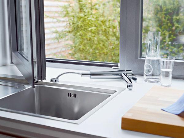Náš tip  Model kuchynskej armatúry určenej na predokennú inštaláciu sa vprípade potreby úctivo ukloní pred okenným krídlom. (produkt: Eurostyle Cosmopolitan)