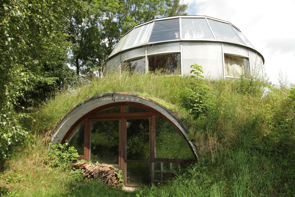 Rarita! Čech si postavil otáčavý dom, ktorý môže zmiznúť v zemi