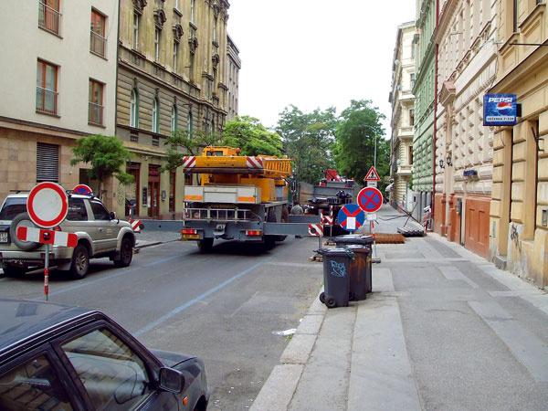 Na náročnejšie operácie je potrebný žeriav – počítajte aj stým, že budete potrebovať povolenie nazabratie ulice počas jeho využívania.
